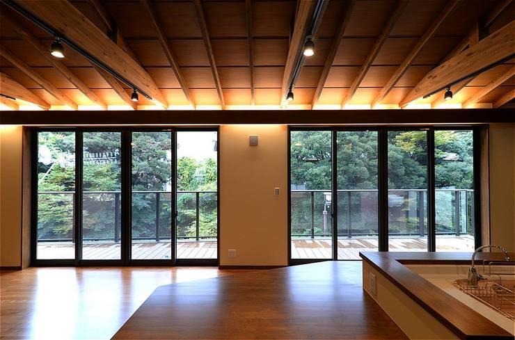 これからも自分らしく歩むための居所 -楽庵ー: atelier shige architects /アトリエシゲ一級建築士事務所が手掛けたリビングです。