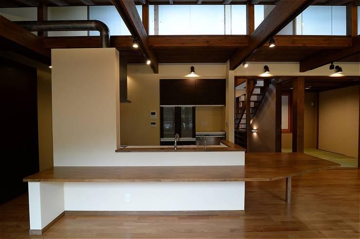これからも自分らしく歩むための居所 -楽庵ー: atelier shige architects /アトリエシゲ一級建築士事務所が手掛けたダイニングです。
