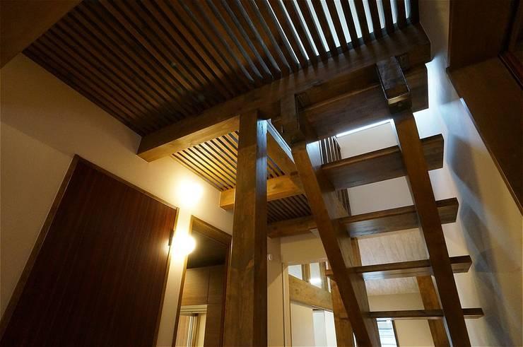 これからも自分らしく歩むための居所 -楽庵ー: atelier shige architects /アトリエシゲ一級建築士事務所が手掛けた廊下 & 玄関です。