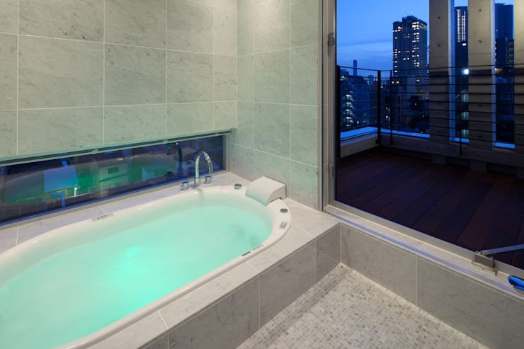 Baños de estilo  por K2・PLAN 株式会社本多建築設計事務所, Moderno Azulejos