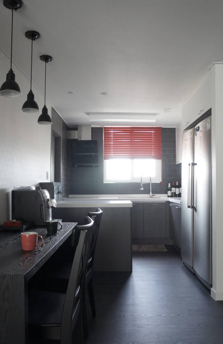 화이트와 그레이의 깔끔한 주방: 마르멜로디자인컴퍼니의  다이닝 룸