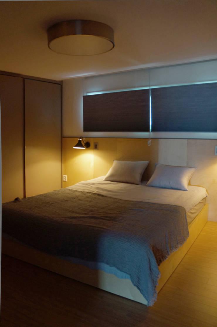 따스한 분위기의 원목헤드 침실: 마르멜로디자인컴퍼니의  침실