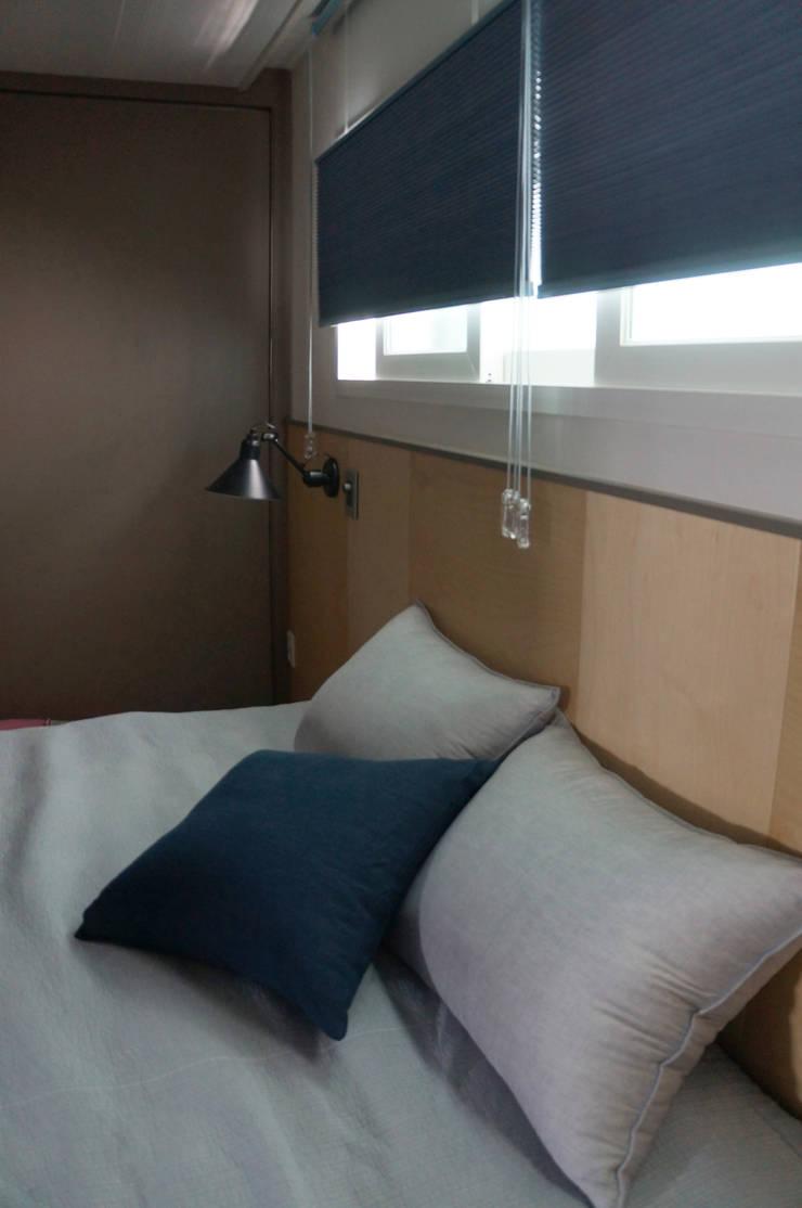 33평형 모던 아파트 인테리어: 마르멜로디자인컴퍼니의  침실