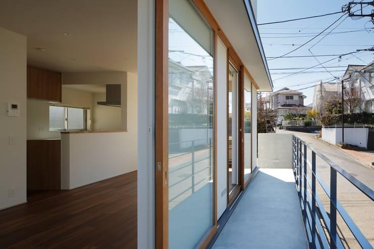 初声町の家: 向山建築設計事務所が手掛けた窓です。