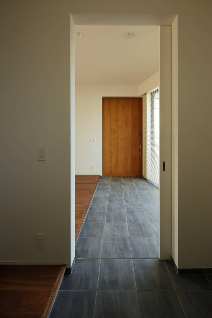 初声町の家: 向山建築設計事務所が手掛けた壁です。