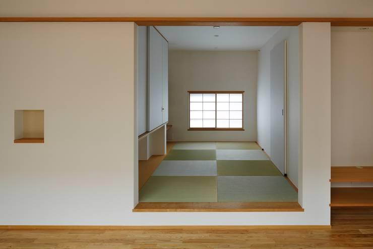 三鷹の家: 向山建築設計事務所が手掛けた和室です。