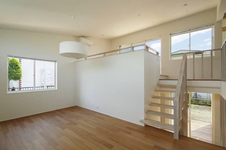 Salas de estilo moderno de 向山建築設計事務所 Moderno