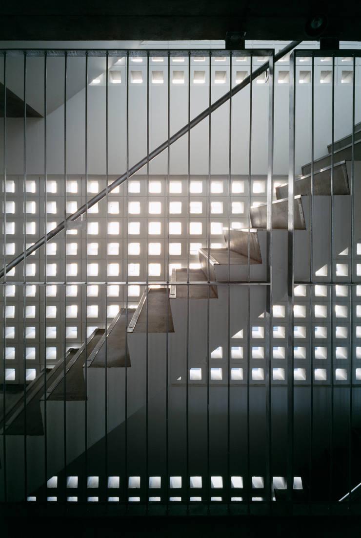 Couloir et hall d'entrée de style  par 向山建築設計事務所, Moderne