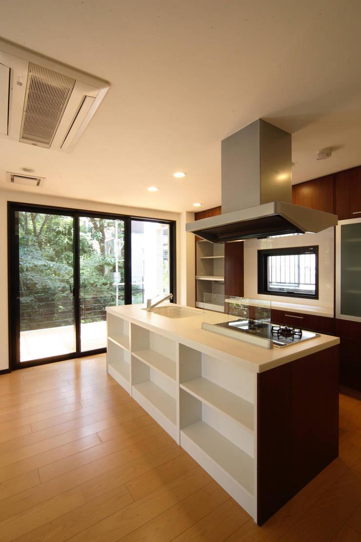 2階キッチン: K2・PLAN 株式会社本多建築設計事務所が手掛けたキッチンです。,モダン 木 木目調