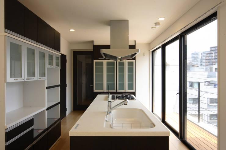 3階キッチン: K2・PLAN 株式会社本多建築設計事務所が手掛けたキッチンです。,モダン 木 木目調