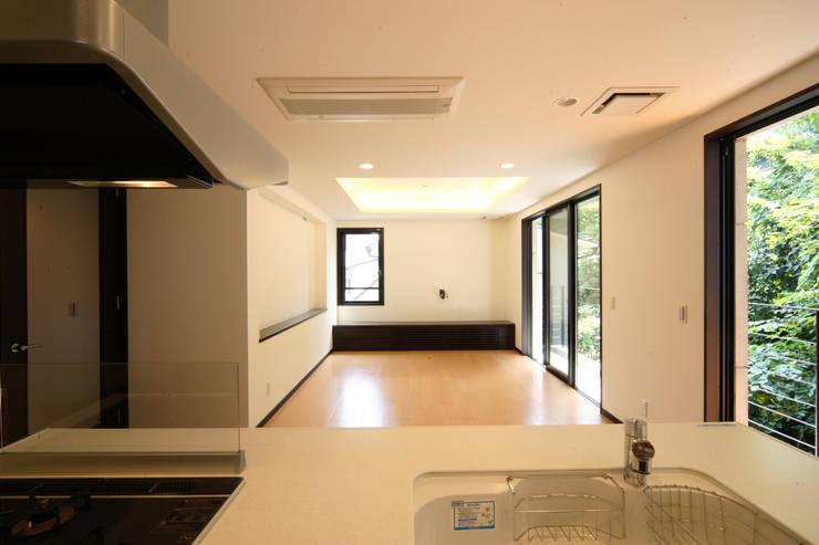 2階キッチン: K2・PLAN 株式会社本多建築設計事務所が手掛けたリビングです。,モダン 木 木目調