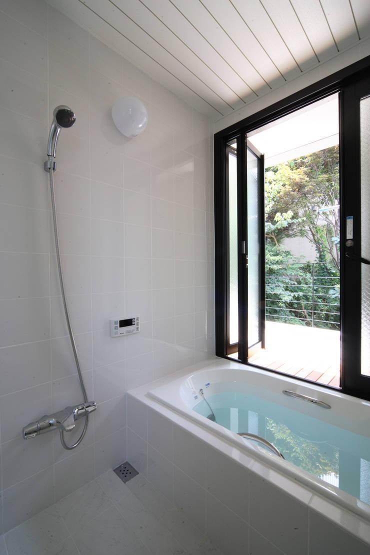 浴室: K2・PLAN 株式会社本多建築設計事務所が手掛けた浴室です。,モダン 木 木目調