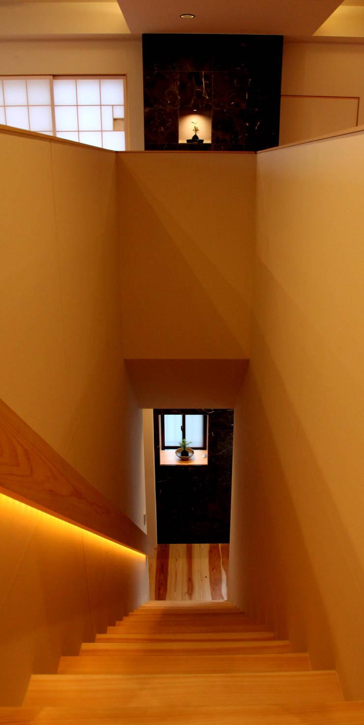 三重県・伊賀 「和紙に包まれる家」 階段: CN-JAPAN/藤村正継が手掛けた廊下 & 玄関です。