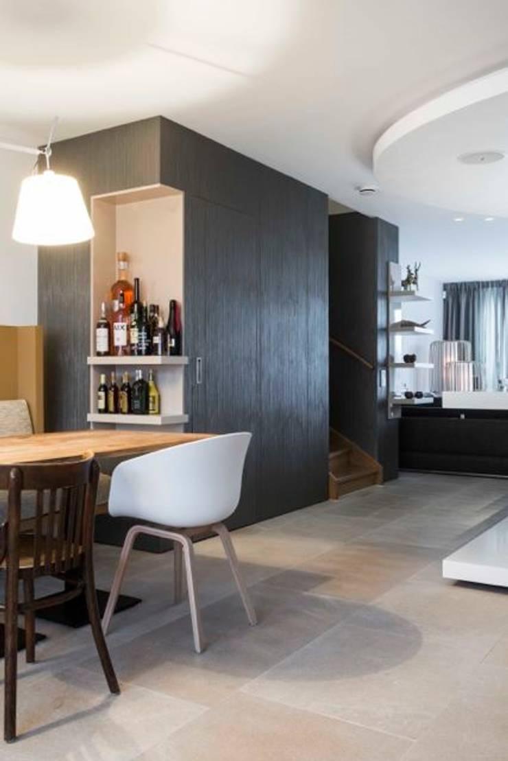 Doorkijk richting woonruimte:  Woonkamer door SMEELE Ontwerpt & Realiseert