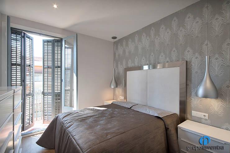 Dormitorio principal: Dormitorios de estilo clásico de Grupo Inventia