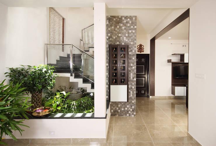 Residence at Kerala :  Corridor & hallway by Sanskriti Architects