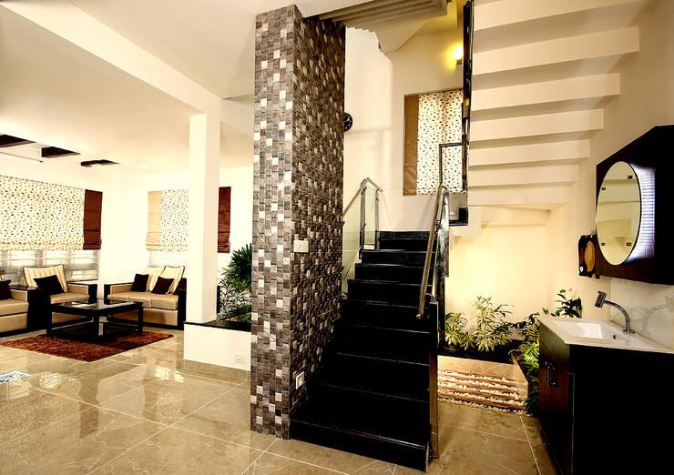 Residence at Kerala :  Dining room by Sanskriti Architects