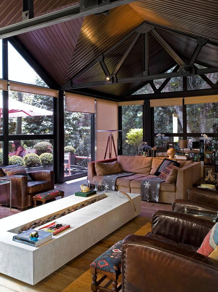 Residência Campos do Jordão: Salas de estar  por João Armentano Arquitetura