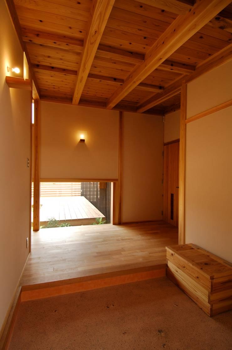 中庭を持つ高台のいえ: shu建築設計事務所が手掛けた廊下 & 玄関です。,