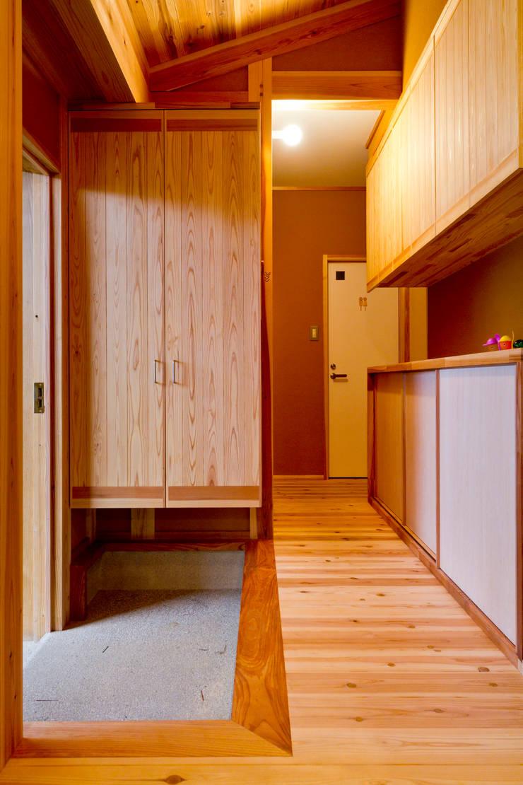 Pasillos y vestíbulos de estilo  por shu建築設計事務所, Asiático Madera Acabado en madera