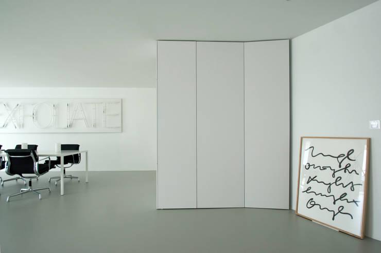 Wohnbereich: minimalistische Wohnzimmer von DER RAUM