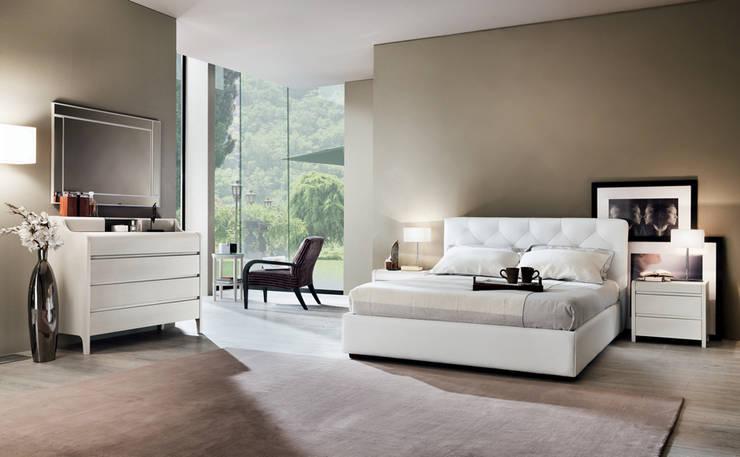 Camera Melograno: Camera da letto in stile in stile Moderno di Le Fablier