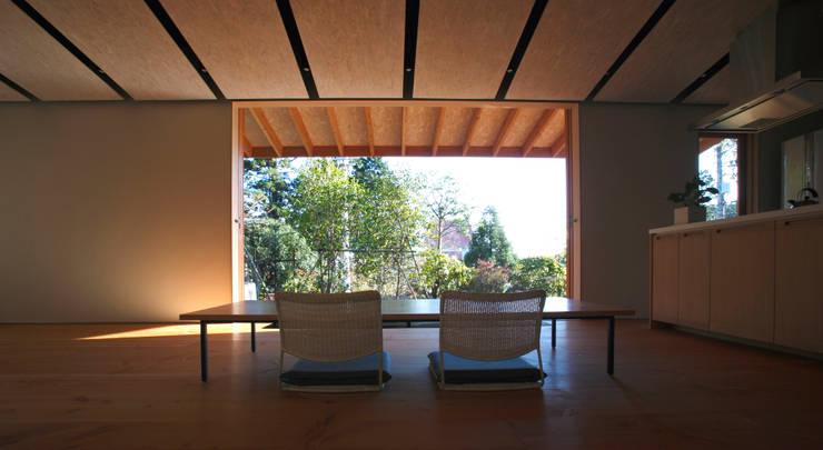 atami kk-house: 株式会社コヤマアトリエ一級建築士事務所が手掛けたリビングです。