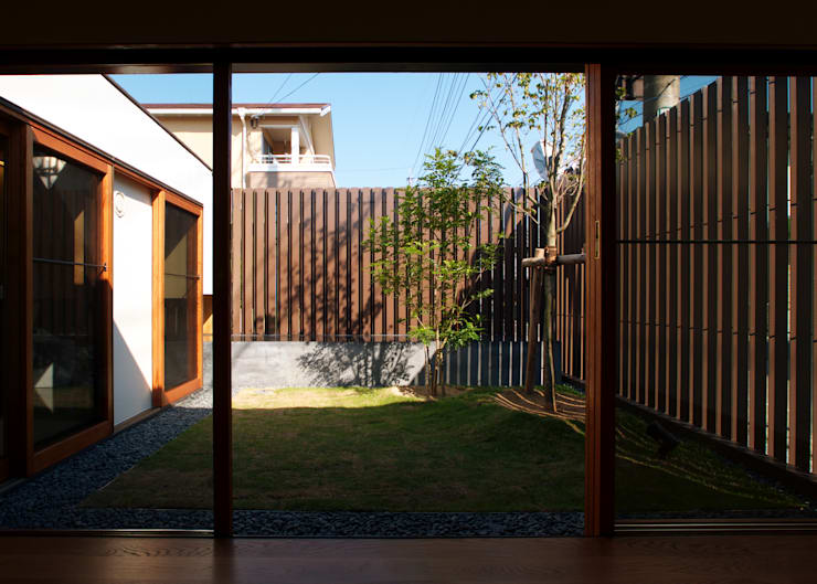 modern Garden by 株式会社コヤマアトリエ一級建築士事務所