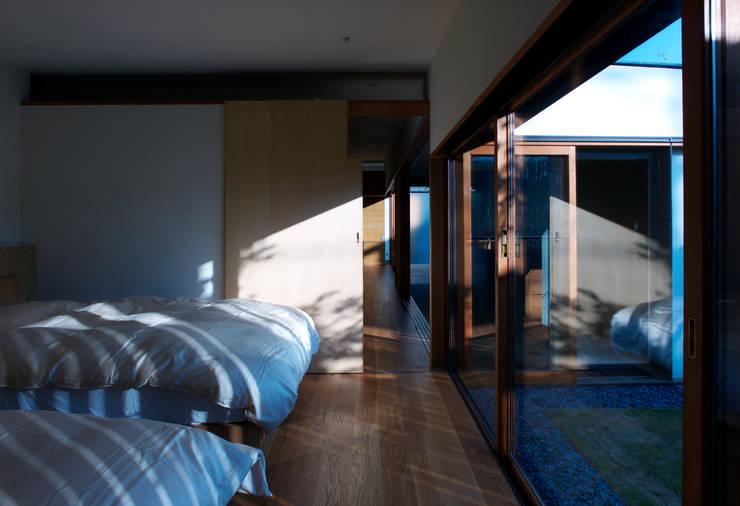 Dormitorios de estilo  de 株式会社コヤマアトリエ一級建築士事務所