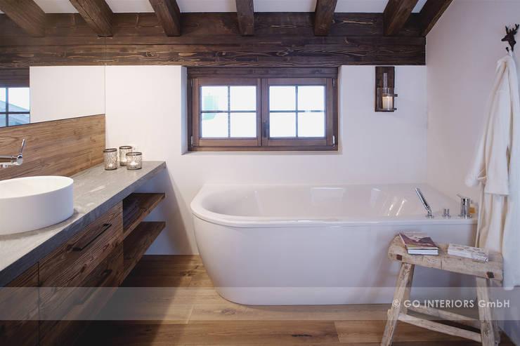 Chalet Klosters: moderne Badezimmer von Go Interiors GmbH