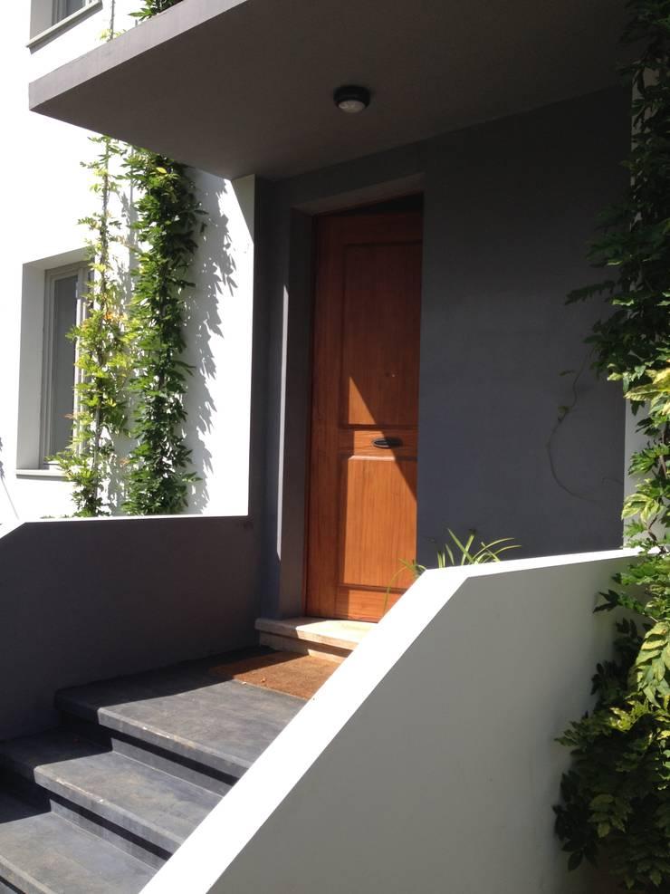 Cumeada: Terraços  por Consigo Interiores