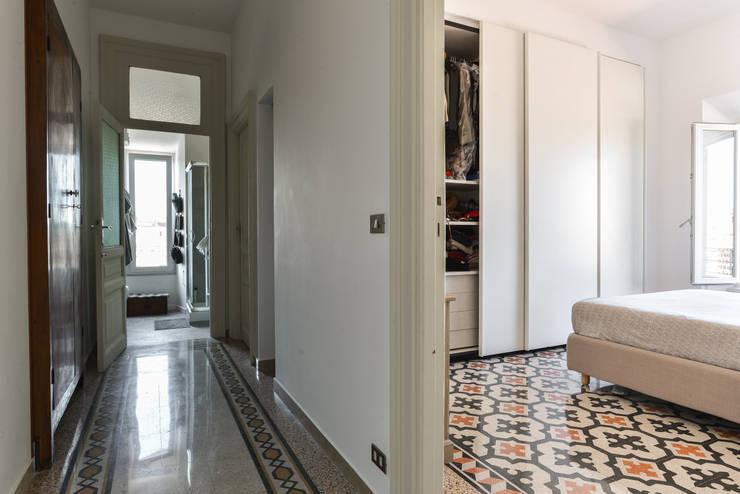 Corridoio: Ingresso & Corridoio in stile  di 02A Studio
