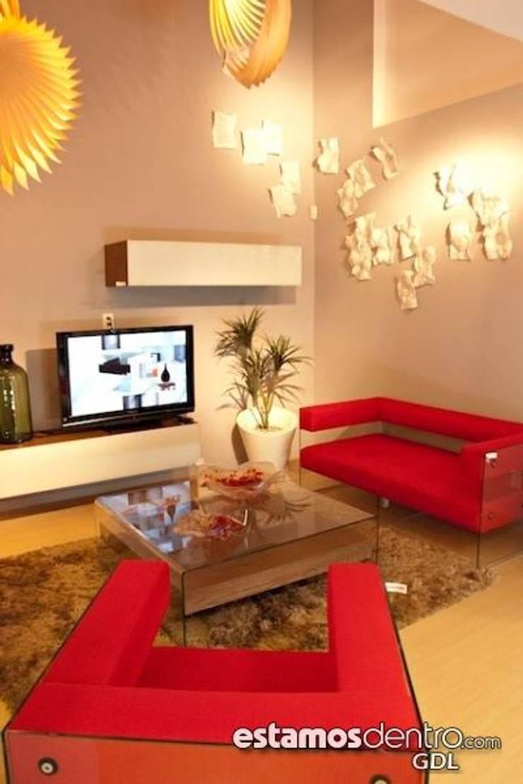 Sala glass rojo: Salas de estilo  por La casa de marina