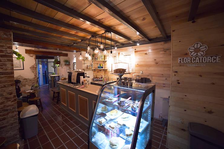 Flor Catorce: Restaurantes de estilo  por Taller La Semilla