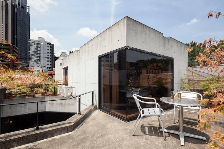屋上テラス: 松井建築研究所が手掛けたテラス・ベランダです。