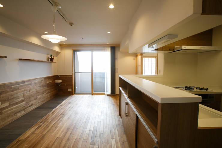 北海道産の水楢材床のリビング: 株式会社 駿河屋が手掛けたです。