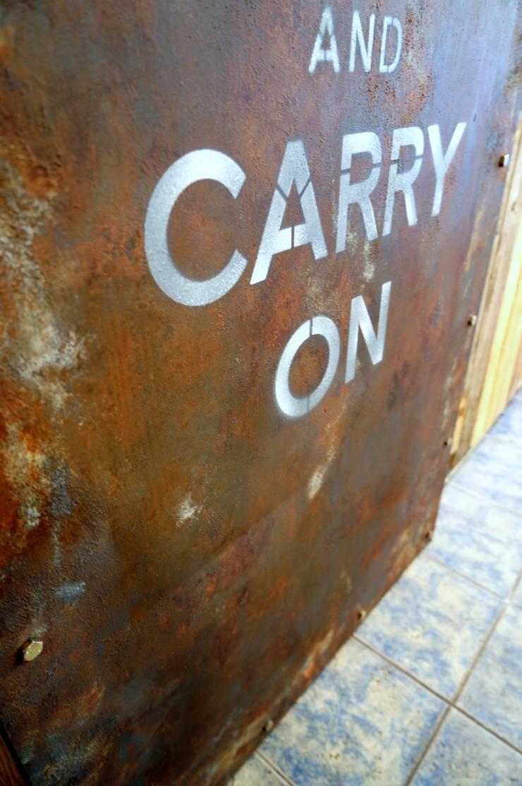부식된 철제 느낌의 원목 슬라이딩 도어: Gemma Art Company의  창문 & 문