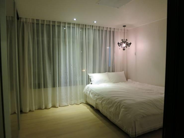 실용적인 수납과 공간활용 32py: 홍예디자인의  침실