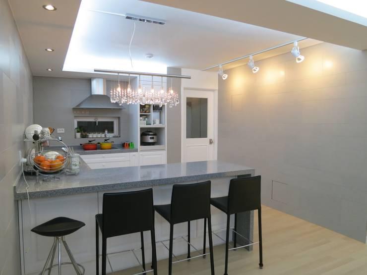 실용적인 수납과 공간활용 32py: 홍예디자인의  주방