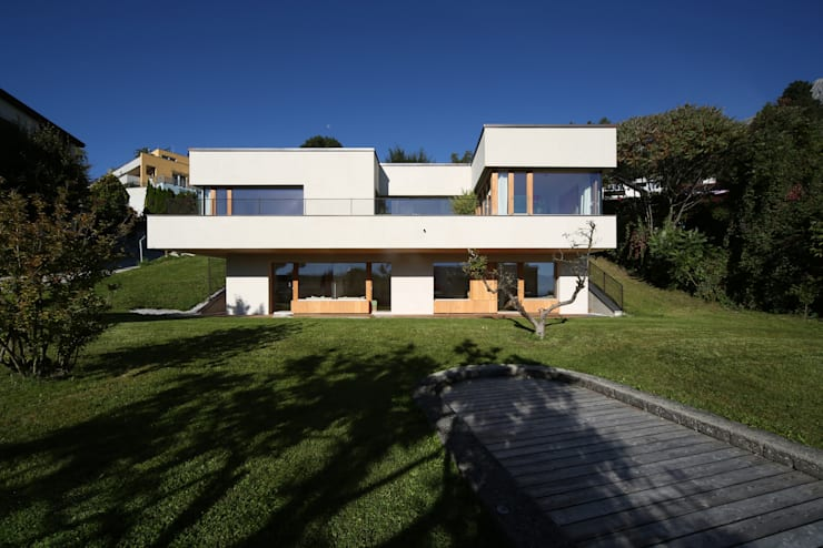 Einfamilienhaus über der Stadt: moderne Häuser von U1architektur