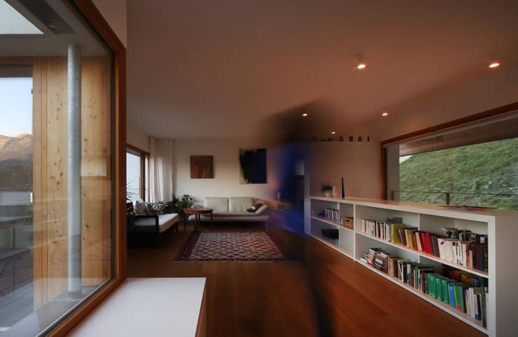 Einfamilienhaus über der Stadt: moderne Wohnzimmer von U1architektur