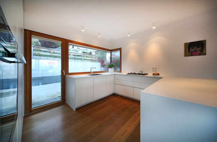 Einfamilienhaus über der Stadt: moderne Küche von U1architektur
