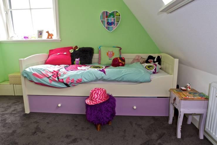 Bed in fijne meisjeskamer:  Kinderkamer door Aangenaam Interieuradvies, Modern