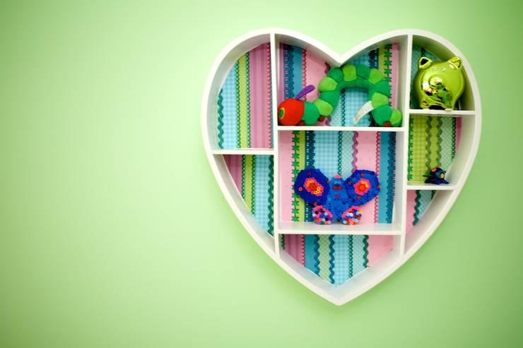 Kleurrijke decoratie meisjeskamer:  Kinderkamer door Aangenaam Interieuradvies, Modern