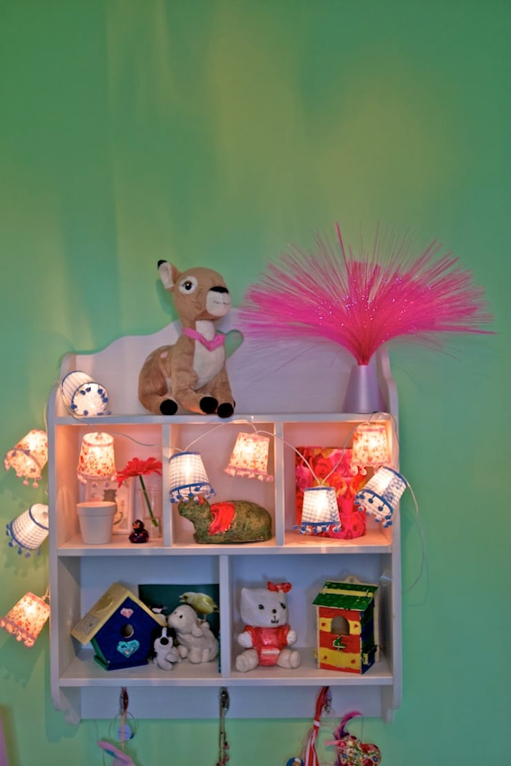 Kleurrijke decoratie in een meisjeskamer:  Kinderkamer door Aangenaam Interieuradvies, Modern