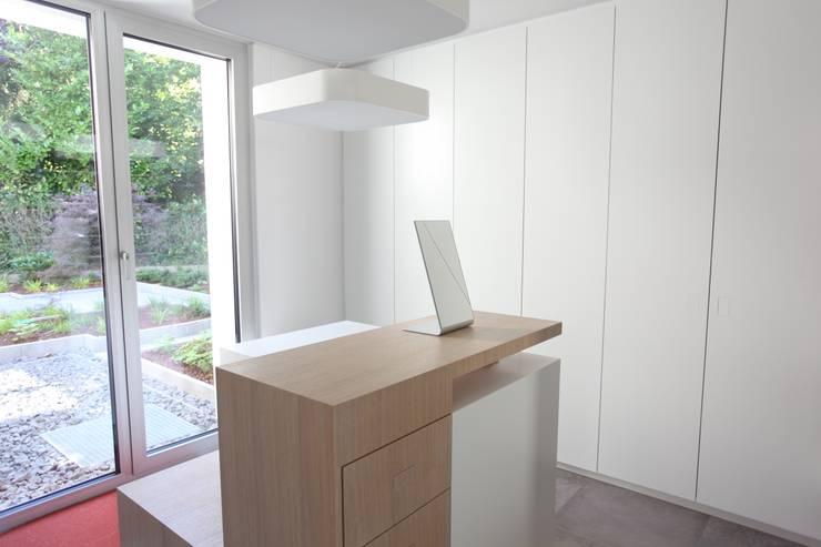 Dressing room by Neugebauer Architekten BDA