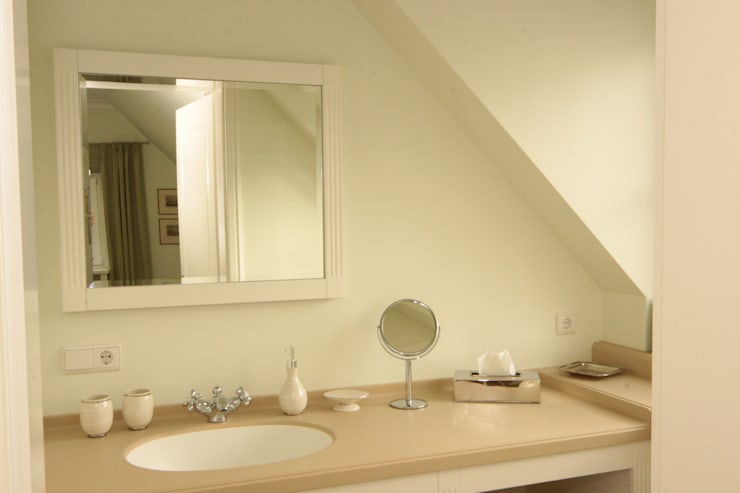 Feriendomizil im Landhausstil:  Badezimmer von Tischlerei Sekura