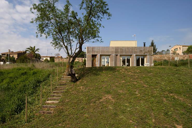 b-House _ b-Patio Les Olives_Ext02: Casas de estilo  de b-House