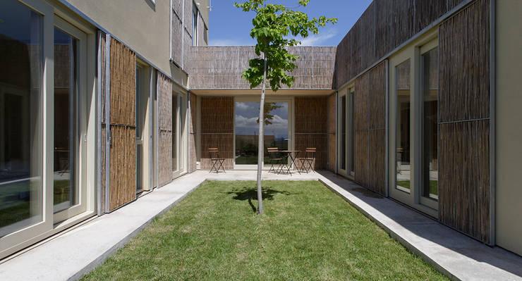 b-House _ b-Patio Les Olives_Ext03: Casas de estilo  de b-House