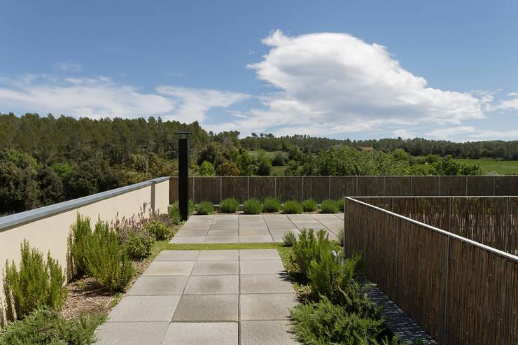 b-House _ b-Patio Les Olives_Ext04: Terrazas de estilo  de b-House